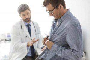 врач объясняет о подготовке к анализам на ИППП мужчине