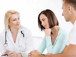 семейная пара на консультации у врача