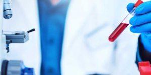 врач изучает результат анализа крови