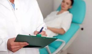 осмотр пациентки у гинеколога