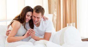 пара оценивает результаты теста на беременность