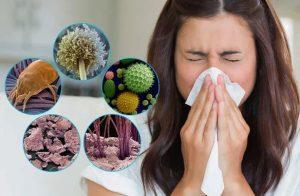 женщина страдает от аллергии на пыль