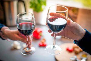 два человека пьют вино