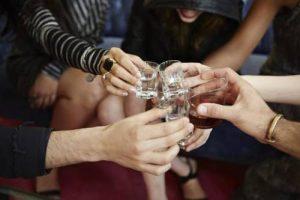 люди выпивают водку